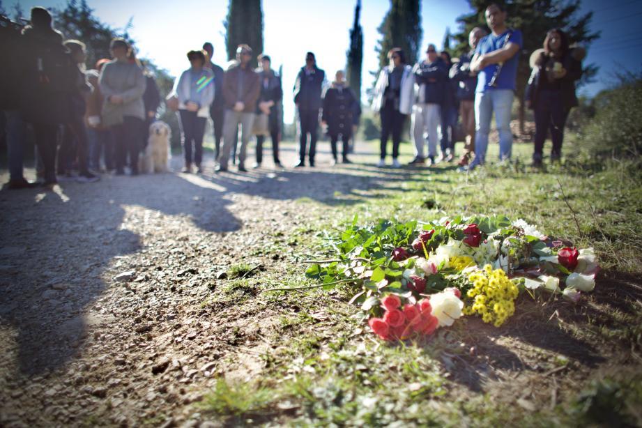 Des fleurs et quelques notes de musique pour ne pas oublier Olivia, mère de famille qui se prostituait, tuée par un client dans la nuit du 24 au 25 décembre.