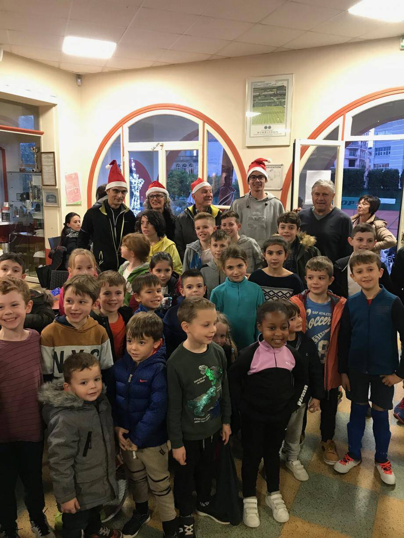 Tous les enfants de l'école de tennis et du mini-tennis ont reçu des sachets de friandises chocolatées et un père Noël à déguster. (Crédit photo)