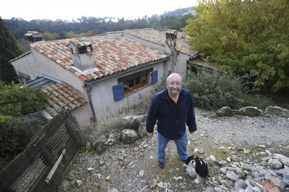 Jackie Cavallin est né et habite au Pra-de-Julian. Il connaît ce quartier sous toutes ses coutures. Ce riverain l'affirme : sa maison ne bouge pas. Par conséquent, lui non plus.