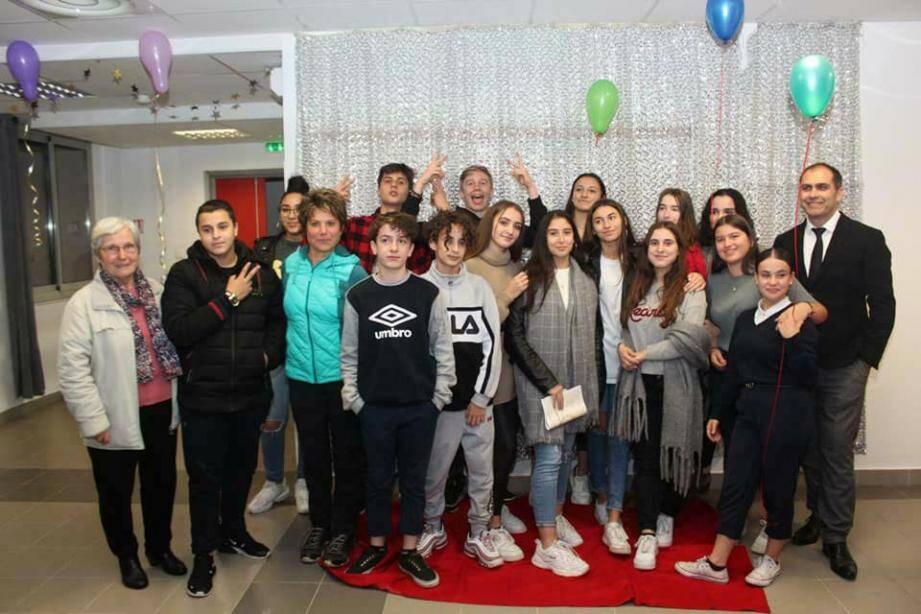 Les élèves diplômés pour une photo souvenir aux côtés de Lionel Carrara, le principal, de Madame Estebe, professeure principale et de la conseillère départementale, Valérie Tomasini.