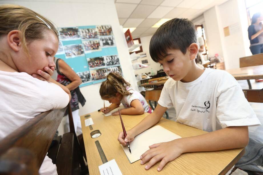 Les enfants du centre de loisirs découvraient une salle de classe reconstituée à l'ancienne.
