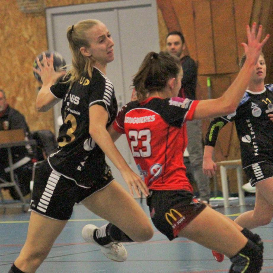 Manon Nicoud, ballon en main.