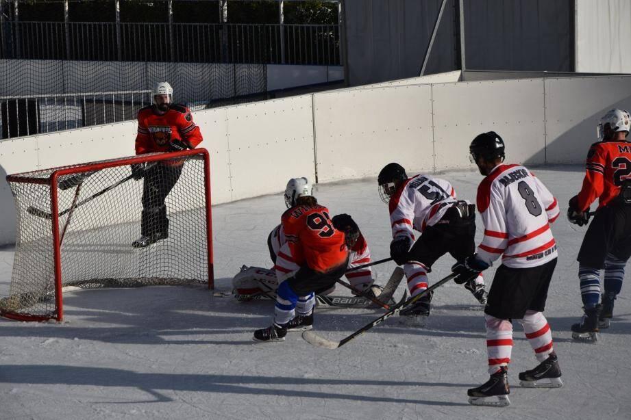 Une vingtaine de hockeyeurs de Monaco et Nice ont disputé cette première édition encourageante.(DR)