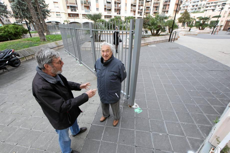 William et Pierre, fins commentateurs de l'actualité et observateurs des travaux de clôture de la place des Cigalusa, leur QG.