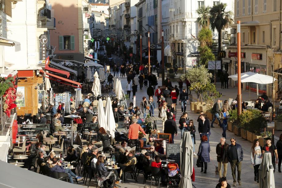 Affluence sur les terrasses cannoises de la rue Félix-Faure en ce début janvier à Cannes.