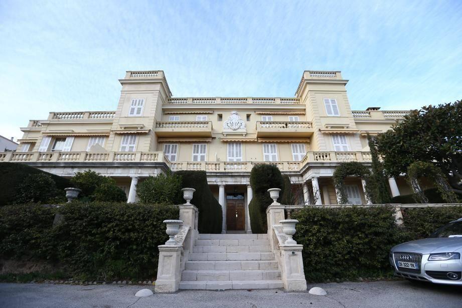 Entre le petit port de pêcheurs du début XIXe et aujourd'hui, Cannes a bien changé. Et le doit, en partie, à l'arrivée de Henry Brougham, qui résida dans la célèbre villa Éléonore-Louise (en bas à gauche).