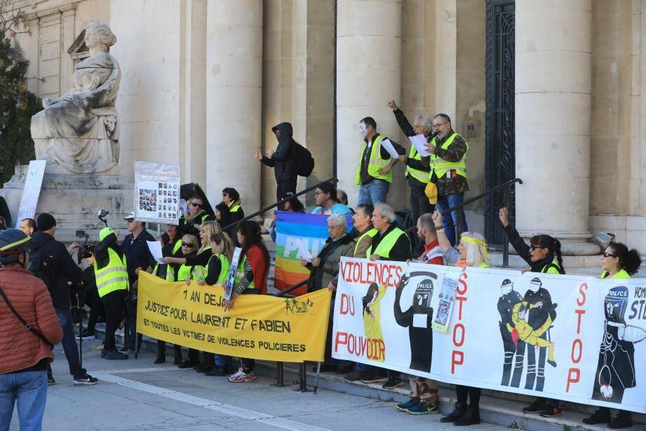 Halte sur le parvis du Palais de justice pour une Marseillaise improvisée.