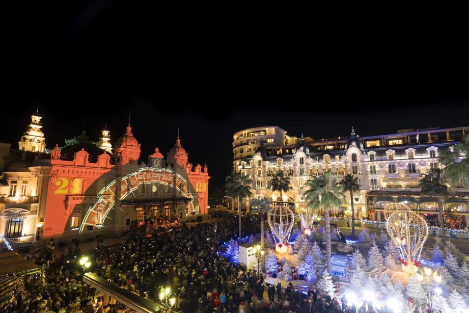 La foule s'est pressée sur la place du Casino pour célébrer  le passage dans la nouvelle année.