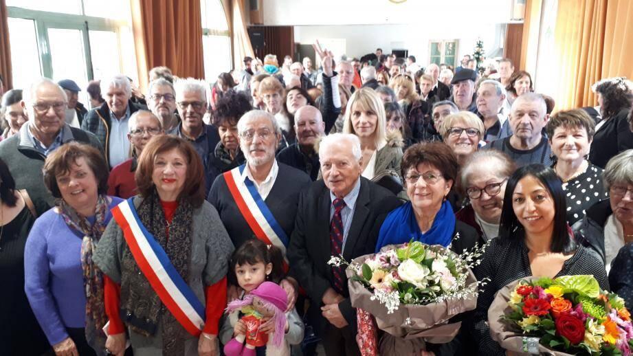 En première ligne, la 1re adjointe, Danièle Dao-Léna ; le maire, Edgar Malausséna ; Michel Bourrier, concitoyen, Anne-Marguerite Cagnol et Aida Champoussin, infirmières du village. En arrière-plan, des élus au conseil municipal et des Villarois, lors de la cérémonie des vœux.