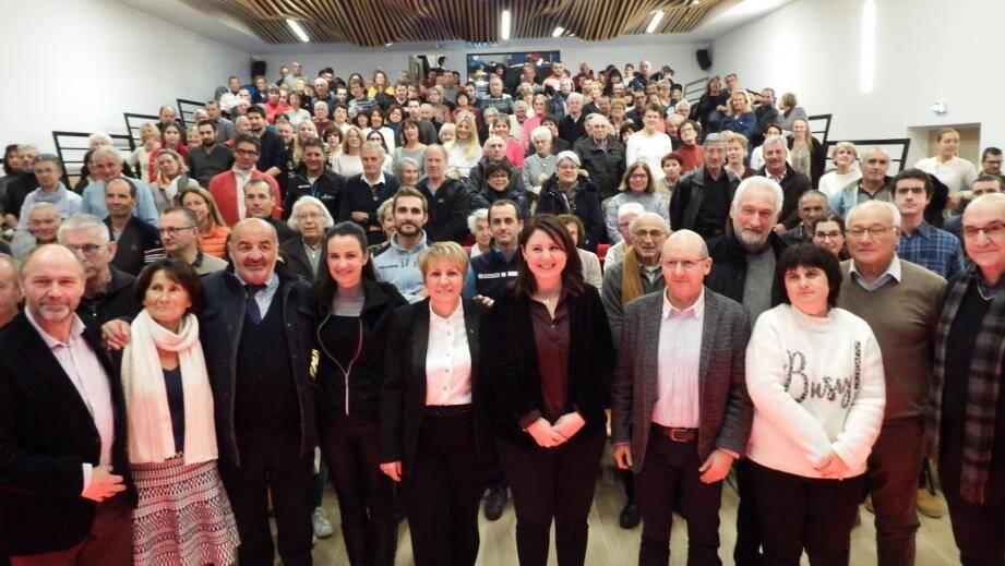 La maire, Colette Fabron, entourée d'élus vient d'annoncer sa candidature, lors de la cérémonie des vœux.
