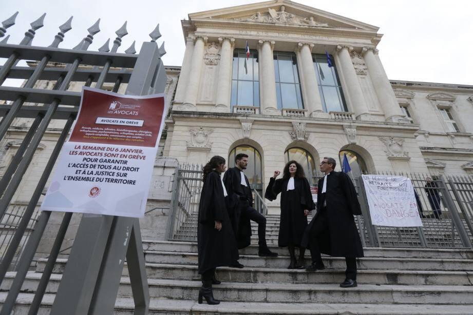 Des avocats sur les marches du palais de justice, hier à Nice, après le renvoi des procès.