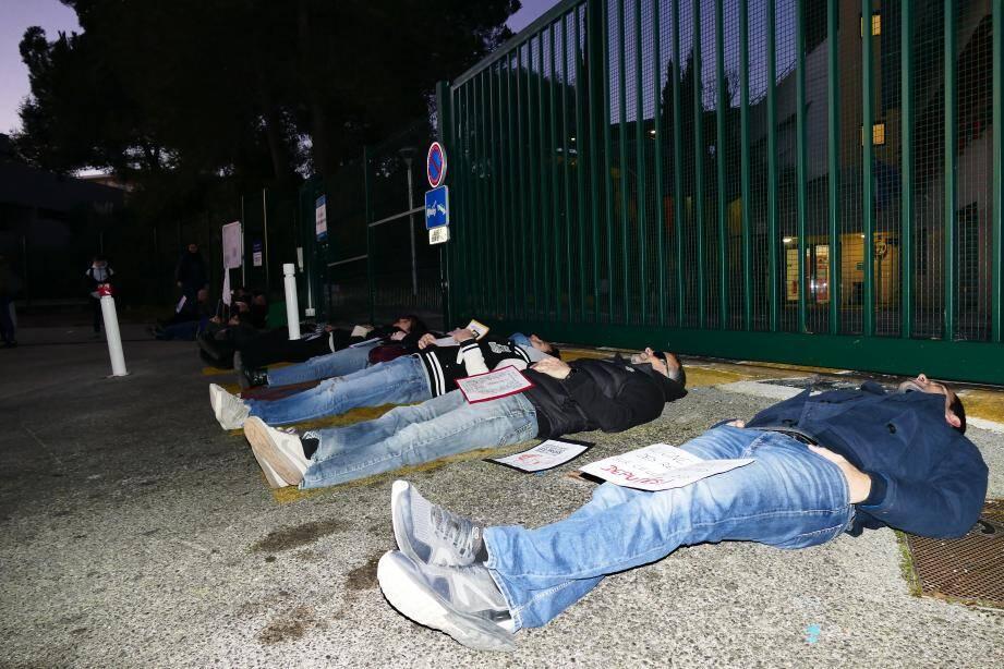 Ils ne veulent pas de cette réforme des retraites et le font savoir en s'allongeant devant le collège...puis en formant une chaine humaine à l'heure de la rentrée des élèves.