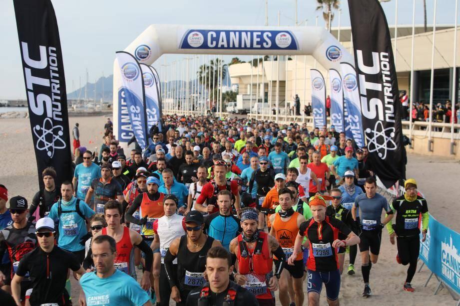 Le départ de l'Urban Trail de Cannes sur la plage.