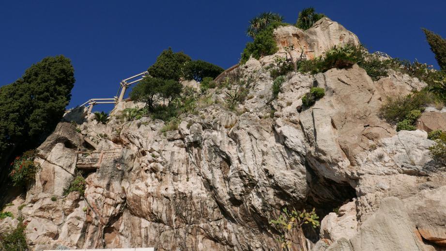 Les escaliers et la passerelle (à gauche) et le bloc de rochers (en haut à droite) posent problème.