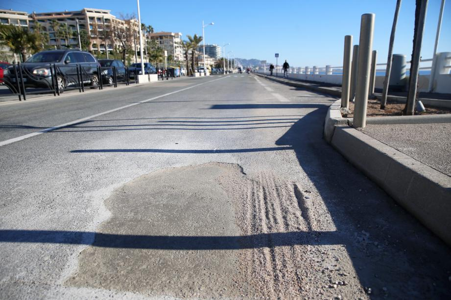C'est dans un trou d'environ 50 cm de profondeur que le bus a planté sa roue mercredi matin... rapidement rebouché par du béton. En médaillon, Thomas Onzon, directeur des services techniques de Cannes.