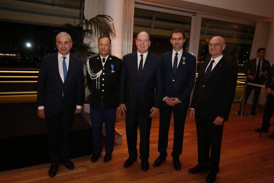 Autour du souverain hier soir au Yacht-club, les deux récipiendaires ont reçu leurs distinctions françaises des mains de l'ambassadeur de France à Monaco, Laurent Stefanini.