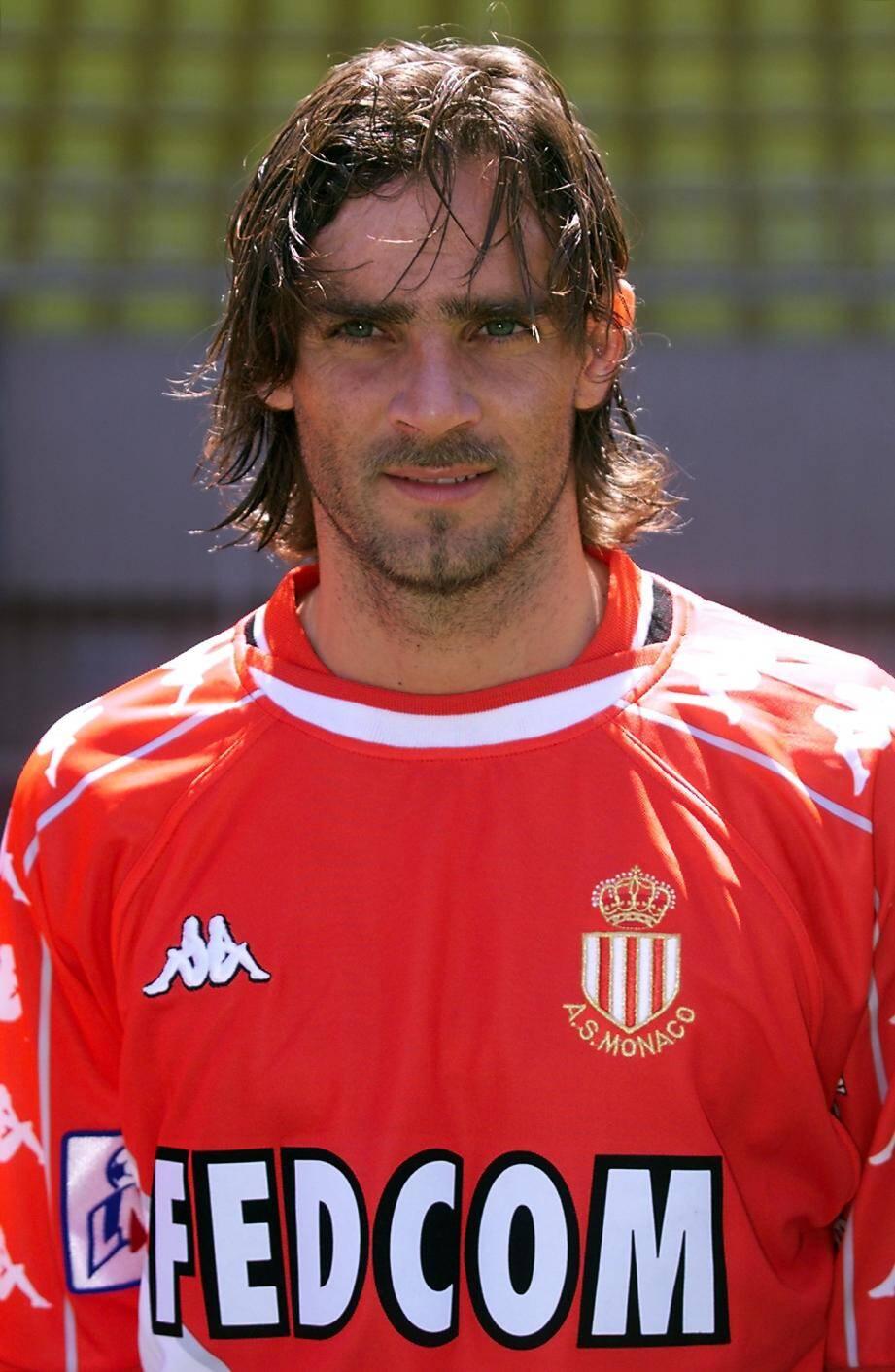 En 2000, Simone est devenu champion de France avec l'ASM.
