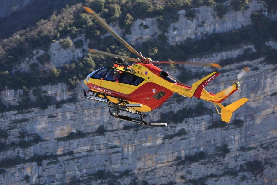 L'hélicoptère de la base de Cannes-Mandelieu  intervient aussi dans l'est du Var.