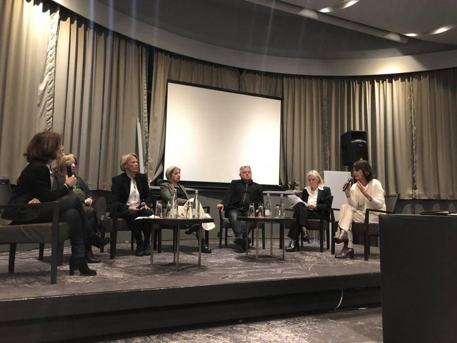 Comment « vivre mieux » ? Sept médecins, philosophes, nutritionnistes, psychologues, ont tenté de répondre aux questions de Chloé Viac et Laurence Genevet pour MC5 Communication.