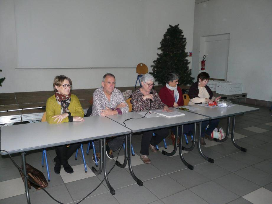 Fabienne Mérola (au centre) avec à sa droite les élus et à sa gauche les membres du bureau.