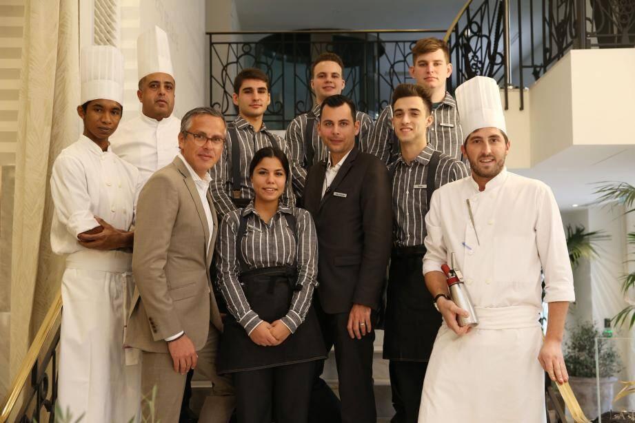 Les jeunes en formation entourés de Yann Gillet, directeur général de l'hôtel Martinez, et des cuisiniers tuteurs.