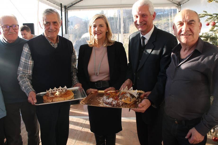 Le maire entouré de son équipe municipale et d'Anne Sattonnet, vice-présidente du Conseil départemental.