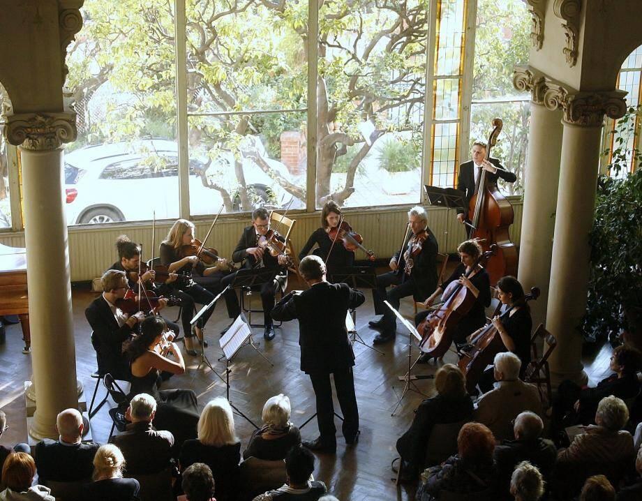 À l'occasion de ce concert, l'ensemble « ArcoMusica » a redonné de sa superbe au salon de musique du plus monumental palace de Menton.