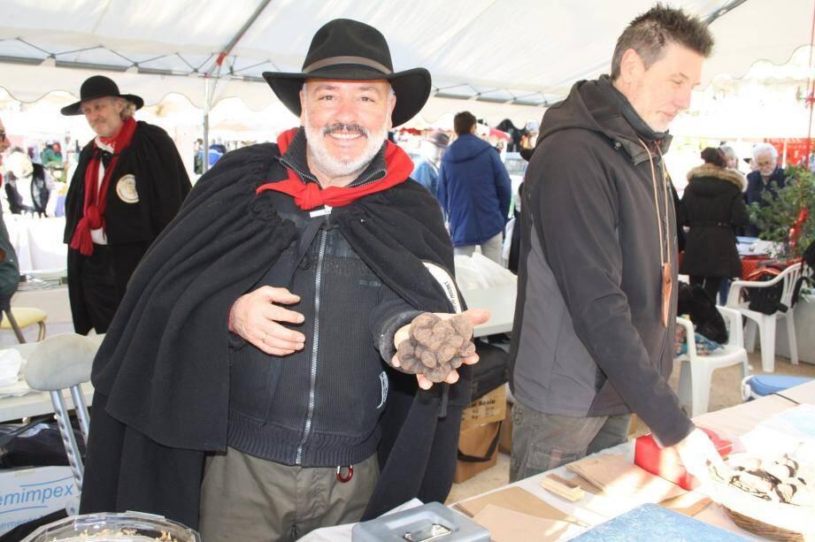Le syndicat des trufficulteurs essaime les marchés dans tout le département pour afficher le prix de vente au détail et certifier les truffes tuber melanosporum.