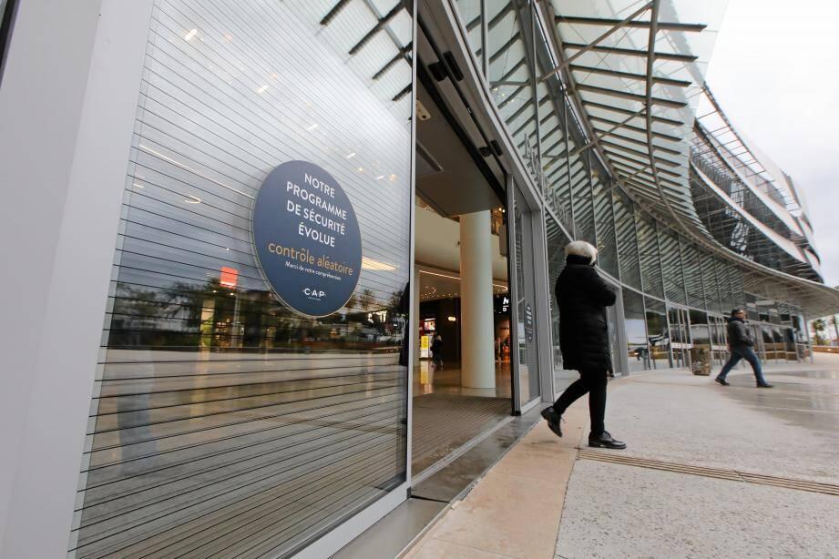Des contrôles aléatoires ont remplacé ceux à l'entrée des centres commerciaux, comme ici à Cap 3000.