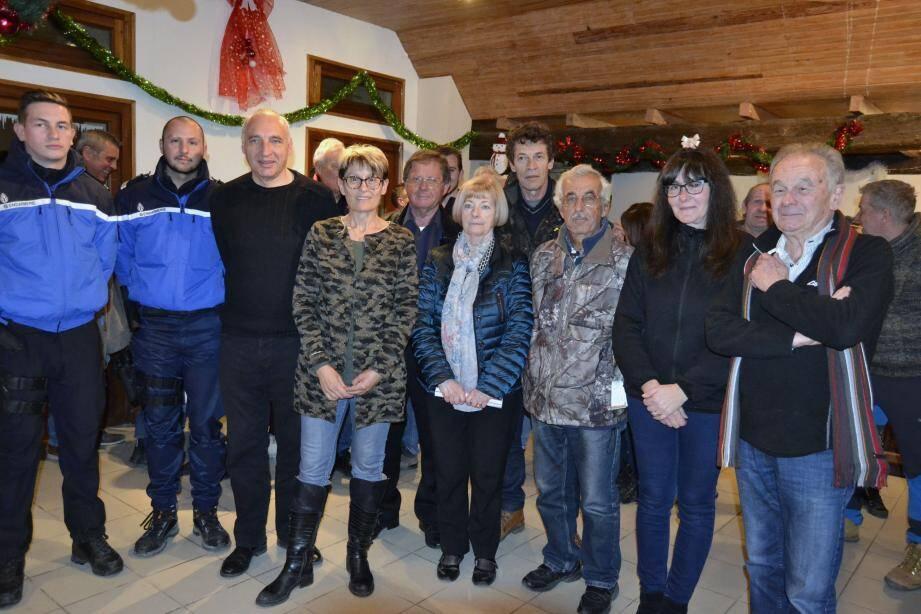Jocelyne Baruffa, au centre, entourée de son conseil municipal, du conseiller régional Jean-Paul David et des représentants de la gendarmerie.