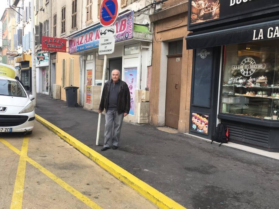 La tournée de ramassage des bouchons pour l'association France Cancer vire au cauchemar à cause de la verbalisation « injustifiée » par la police nationale sur l'aire de livraison, se défend Hervé Cuesta.