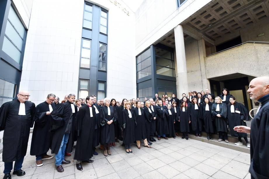 Environ soixante-dix avocats, membres du barreau de Draguignan, ont marqué par leur présence devant le palais de justice cette deuxième semaine de grève.