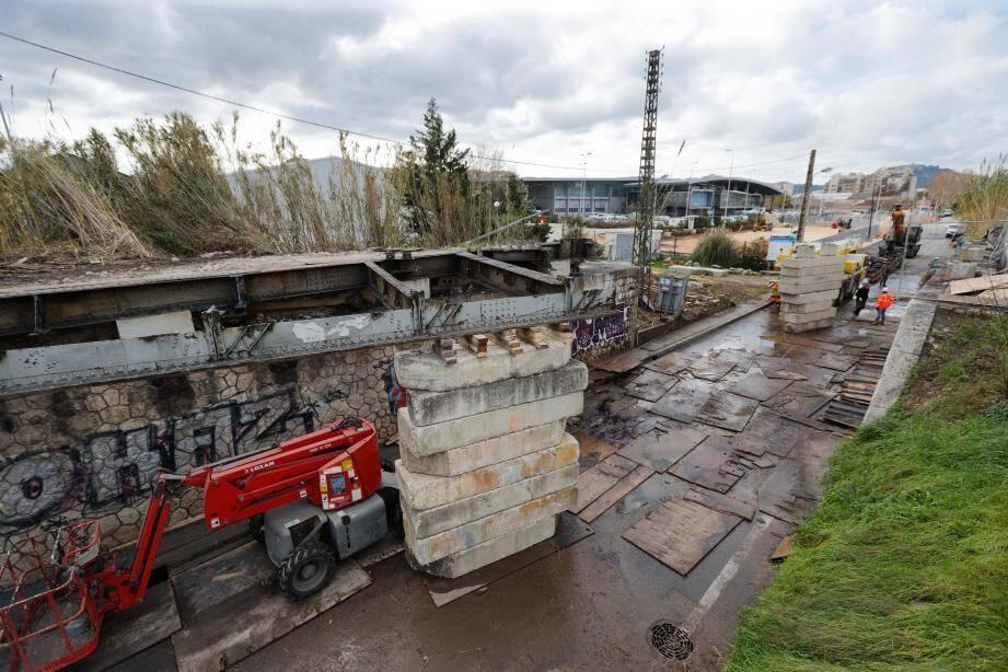 Les dernières poutres d'acier du pont Eiffel ont été découpées hier.