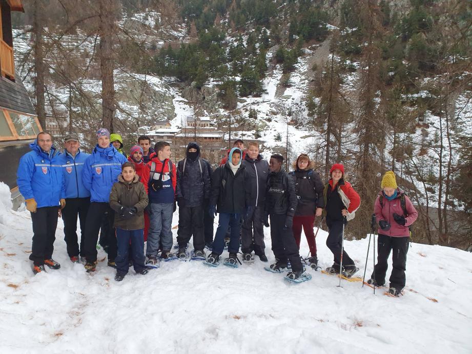 Les collégiens ont appris à utiliser le triptyque DVA (détecteur de victimes d'avalanches)-pelle-sonde au centre d'hébergement « Neige et Merveilles ».(DR)