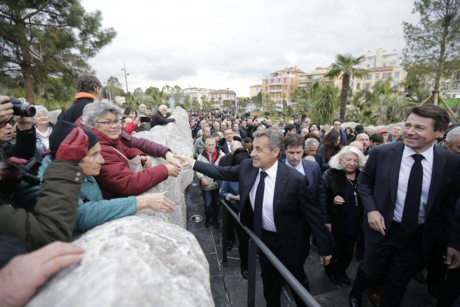 Foule, applaudissement, autographes... L'ancien Président et le maire ont savouré l'inauguration du jardin qui remplace l'ancien stade.