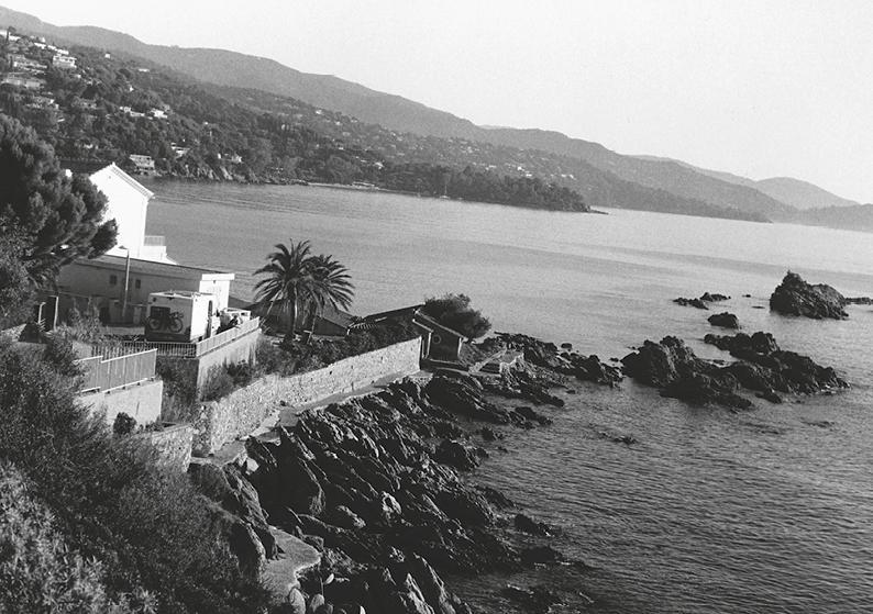 Le littoral du Lavandou à travers l'appareil de Bernard Plossu, à découvrir durant deux mois à la Villa Théo.(Repro DR)