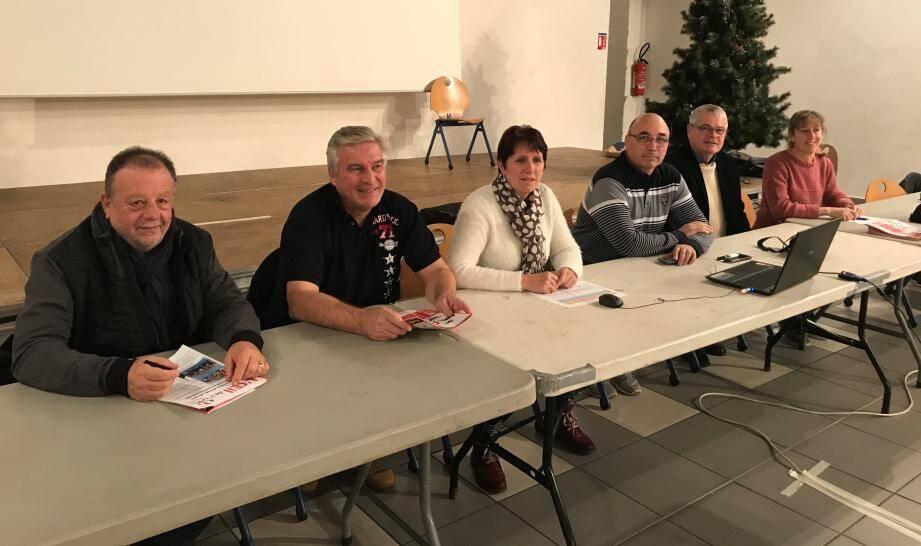 La présidente avec à sa droite les élus et à sa gauche, le trésorier, le trésorier adjoint et la secrétaire du club.