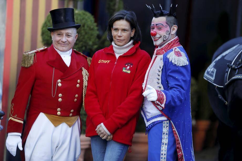 Entourée par le Monsieur Loyal du festival, Petit Gougou, et le clown funambule Henry Ayala, la princesse Stéphanie prépare activement la 44e édition du festival.
