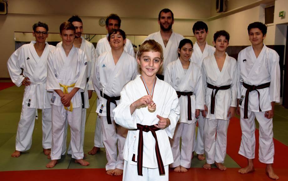 Le jeune Séverin Renaud (au premier plan) entouré de ses camarades, mardi soir lors de l'entraînement dans le dojo de la salle Perrin.