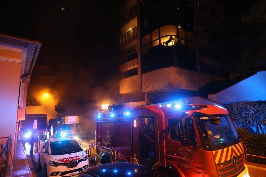 Les pompiers ont circonscrit l'incendie vers 19 h 30. L'intervention s'est poursuivie pour faire baisser la température dans les niveaux souterrains.