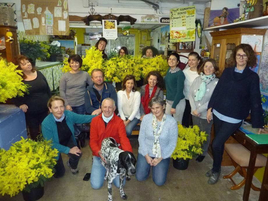 Toute l'équipe de l'OTI réunie dans la boutique de Bernadette et Bernard Vial (au premier plan, à gauche), avec le fidèle Jojo.