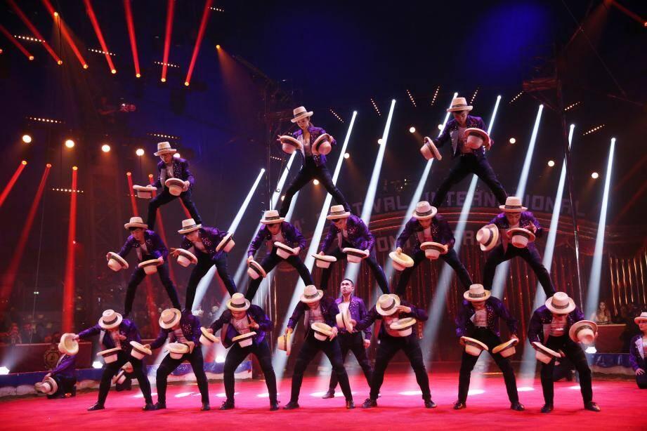 1er: La troupe acrobatique de Shandong et son numéro de jonglage aux chapeaux.