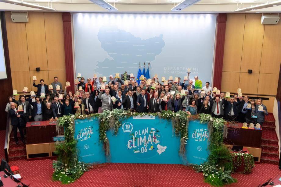 Les lauréats des trophées climat-énergie 2019 réunis vendredi au conseil départemental, autour de Jérôme Viaud, Charles-Ange Ginésy et Eric Ciotti.
