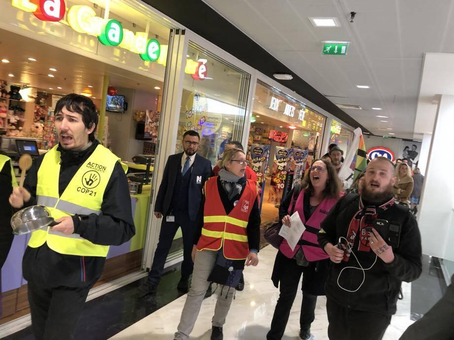 Une cinquantaine de manifestants a participé à un flashmob, hier matin, serrés de près par les vigiles du centre commercial.