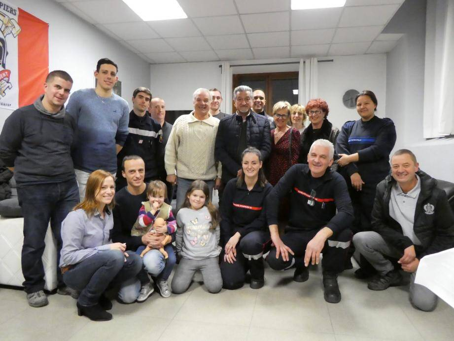 Autour du capitaine Terzi, l'amicale des pompiers invite le maire et ses adjoints à fêter la nouvelle année !