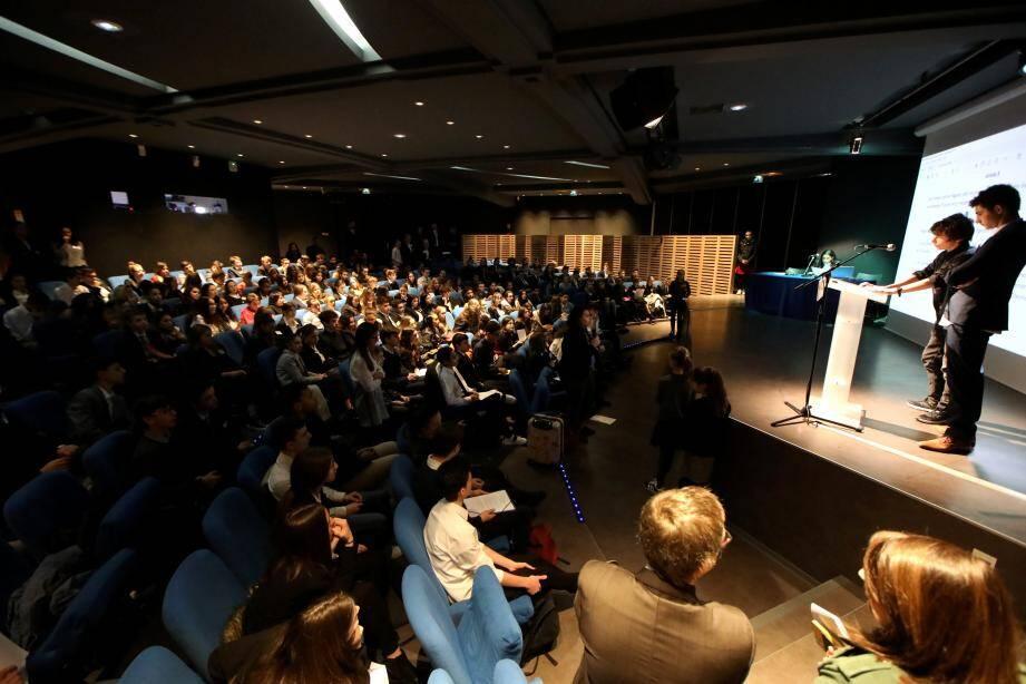 Plus de 200 jeunes réunis au Mamac ont reproduit les codes de l'Assemblée nationale.