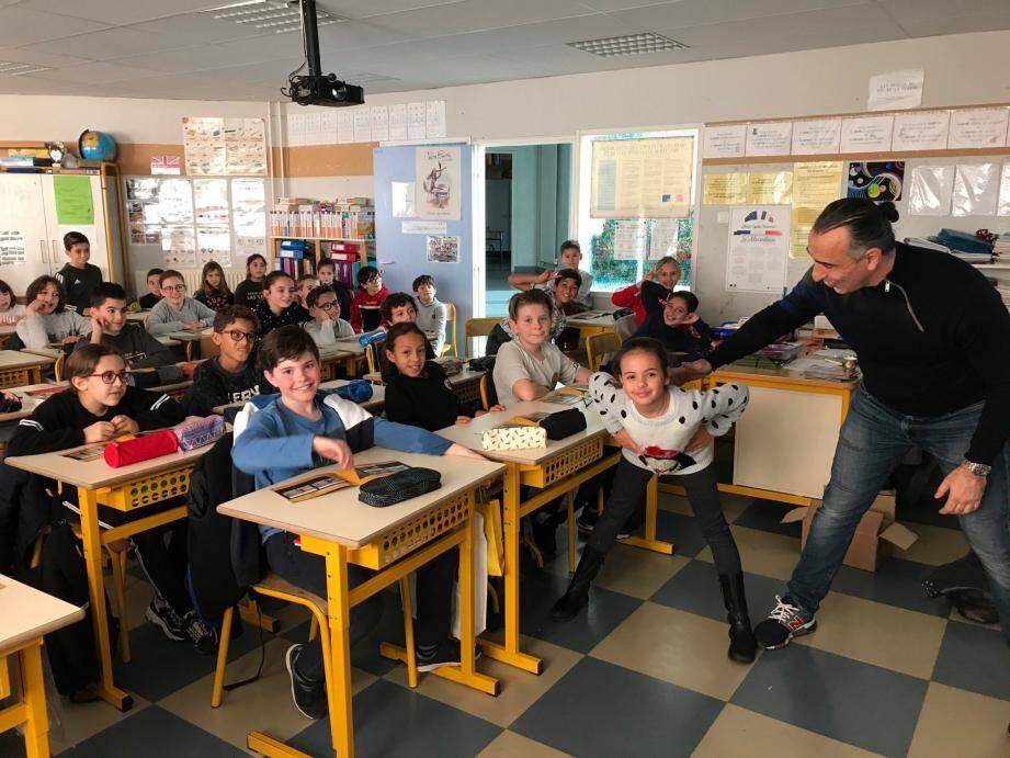 Séance d'entraînement en classe menée par Mikaël Meloul pour apprendre aux écoliers à bouger.