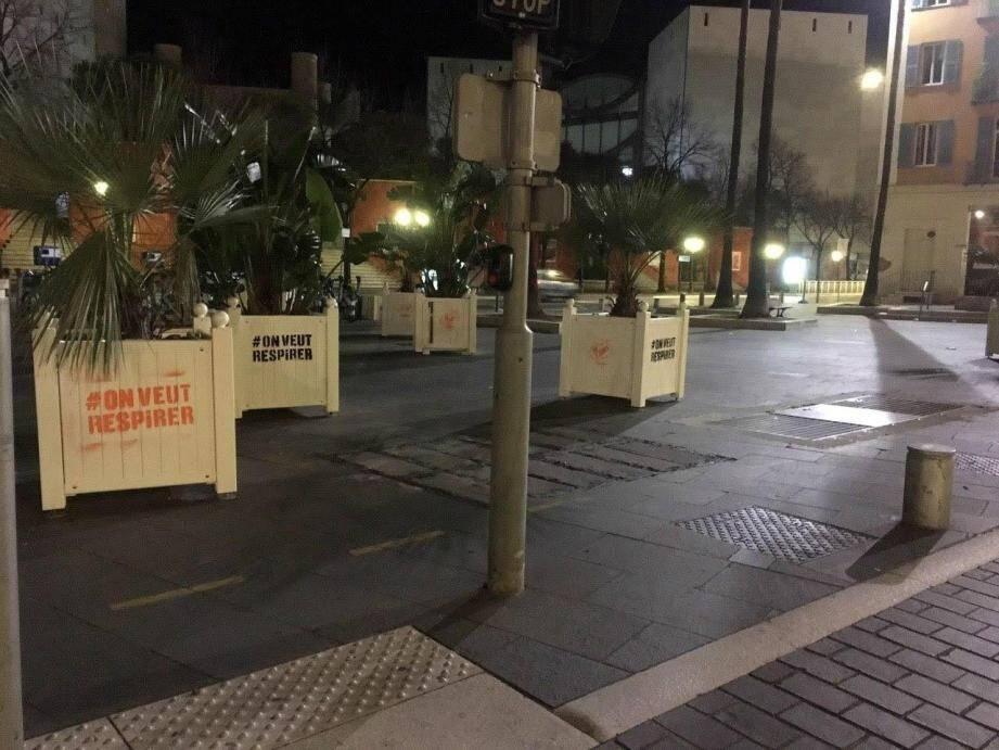 Le 6 janvier, des jardinières avaient été recouvertes de tags de Greenpeace à proximité du Mamac.(DR)