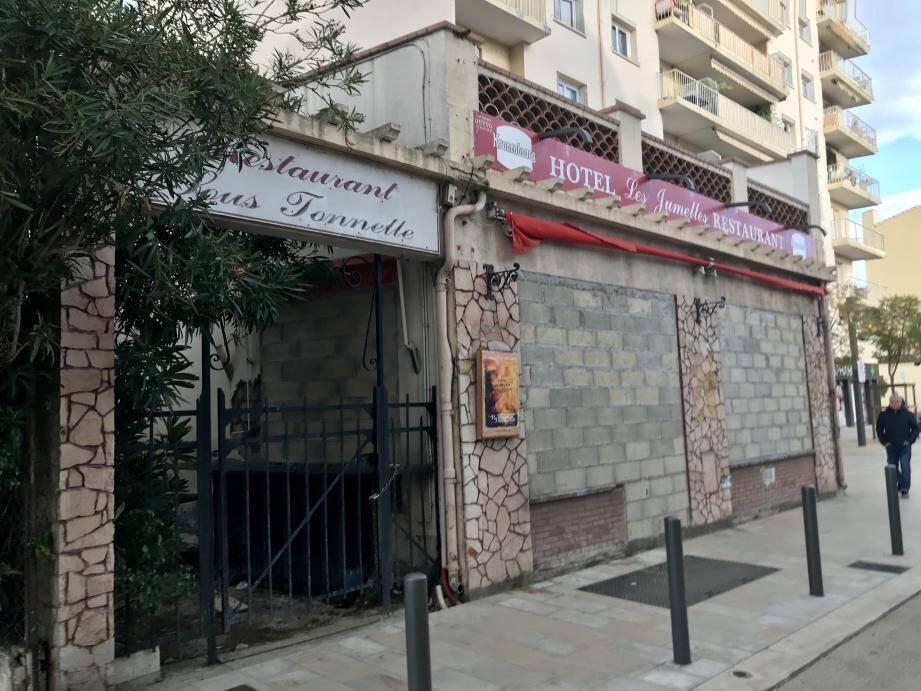 L'hôtel restaurant Les jumelles: un ancien taudis pour marchand de sommeil, devenu une verrue urbaine à l'entrée ouest de la Bocca. La Ville souhaite y remédier, à l'amiable ou si besoin par expropriation.
