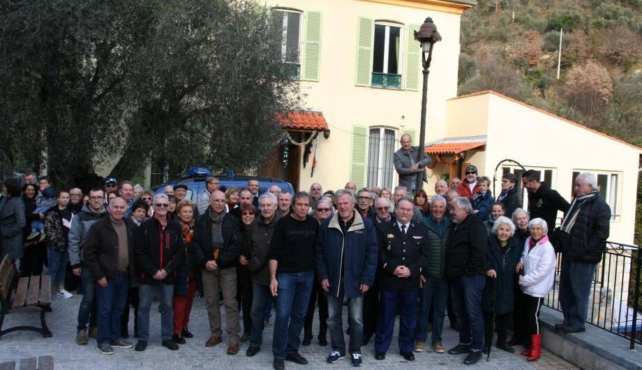 Au centre le maire, Jean-Michel Maurel, entouré de son conseil municipal et de Duranussiens.